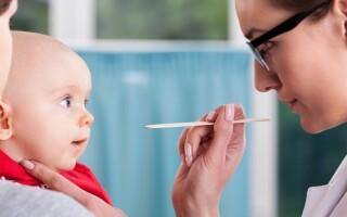 Короткая уздечка у новорожденного ребенка: чем грозит и когда оперировать?