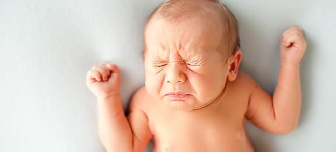 Почему грудничок часто чихает?