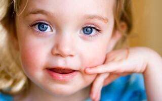 Когда изменяется цвет глаз у младенцев?