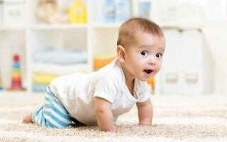 Во сколько месяцев ребенок должен научиться ползать?