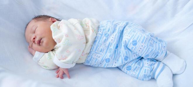 Как нужно одевать новорожденного ребенка дома?