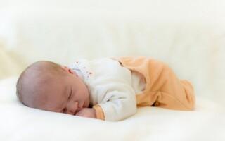 Можно ли грудному ребёнку спать на животе?