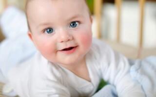 У новорожденного косят глазки