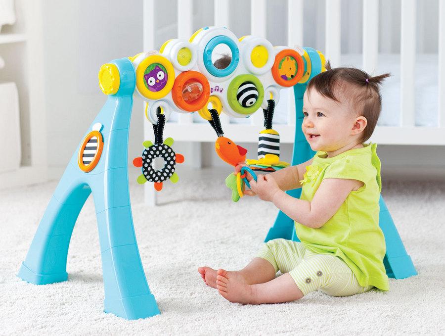 Малышка играет в развивающие игрушки